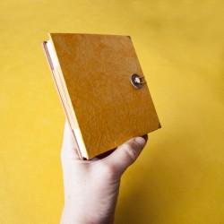 Cuaderno amarillo naranja...