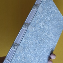 Cuaderno con cintas grises