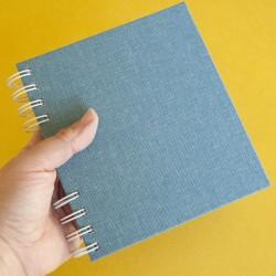 Cuaderno azul con espirales...